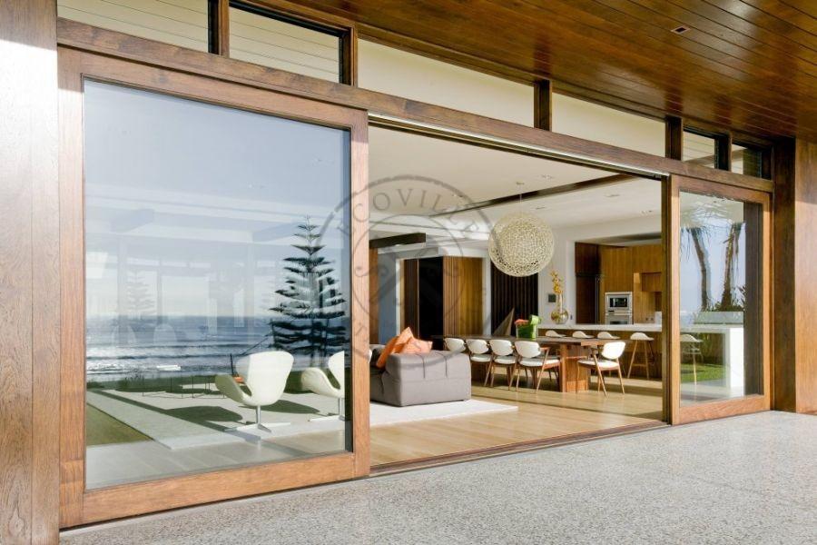 Porta de correr com sistema embutido visores de vidro for Large folding patio doors