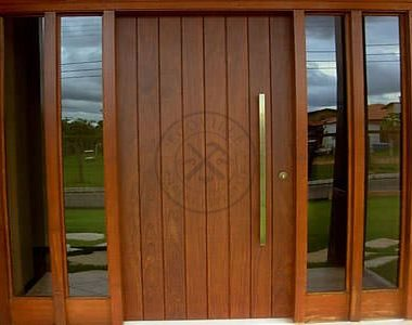 Porta pivotante com portal duplo lateral com vidro panorâmico