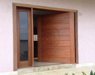 Porta pivotante com portal lateral com vidro panorâmico incolor