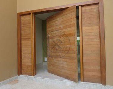 Porta pivotante com portal duplo lateral seguindo modelo da porta. Medida especial