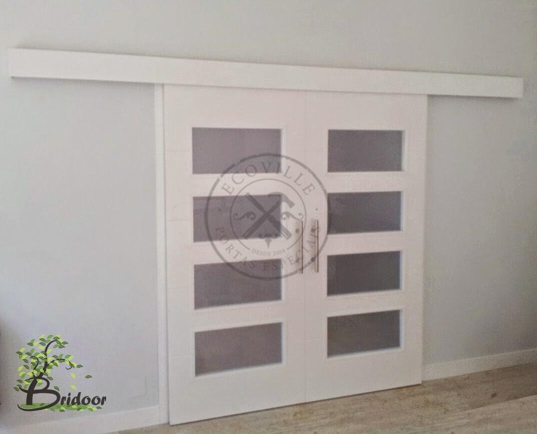 Porta com sistema de correr embutido visores com vidro jateado ecoville portas especiais - Puerta corredera doble ...