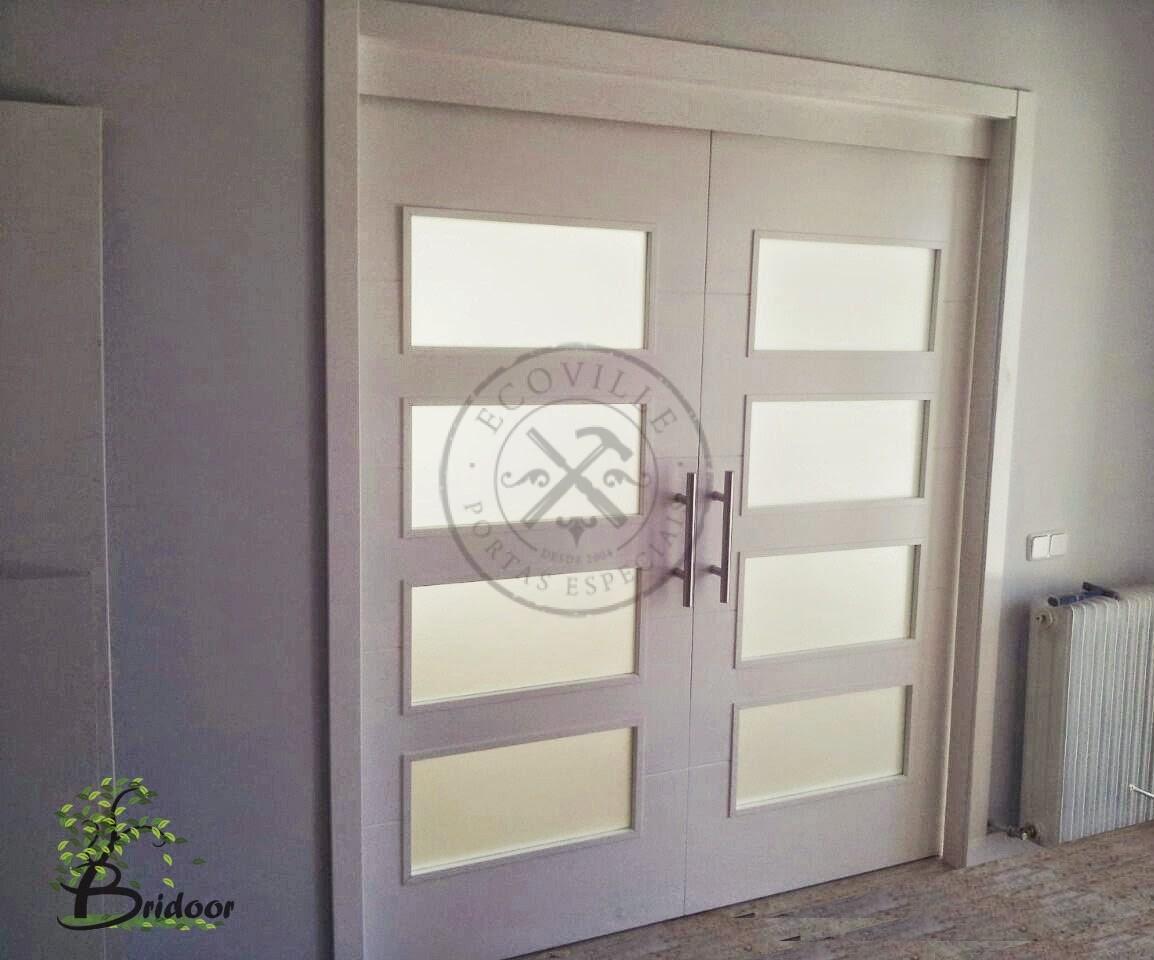 Porta com sistema de correr embutido visores com vidro for Sistemas de puertas correderas interiores