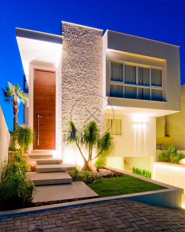 Porta pivotante com estrutura de ferro no interior for Fachadas de entradas de casas modernas