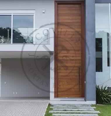 Porta pivotante com bandeira superior seguindo modelo da porta
