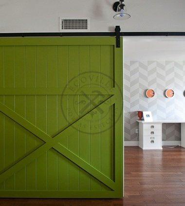 Porta com sistema de correr aparente, pintura de laca P.U verde acetinado (Sayerlack)
